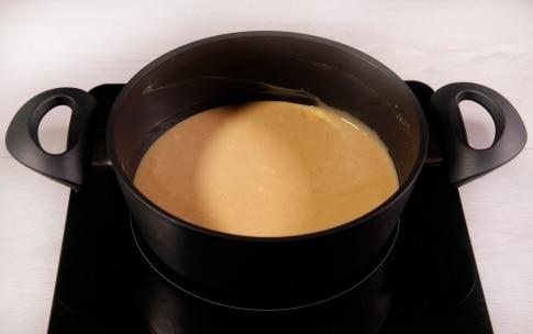 Preparazione Torta alla nocciola glassata con cioccolato al latte - Fase 3