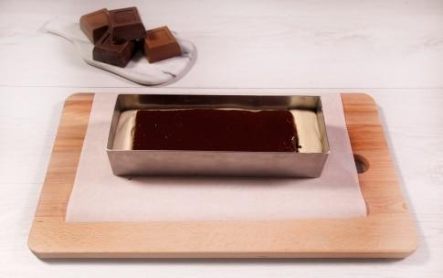 Preparazione Torta alla nocciola glassata con cioccolato al latte - Fase 5