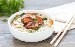Zuppa di noodles e verdure con salmone in...