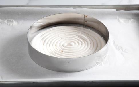 Preparazione Charlotte con meringa e crema pasticciera al cardamomo - Fase 5