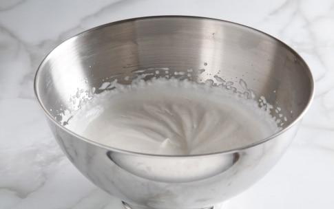 Preparazione Charlotte con meringa e crema pasticciera al cardamomo - Fase 3
