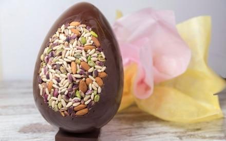 Uovo di Pasqua al cioccolato fondente e frutta secca