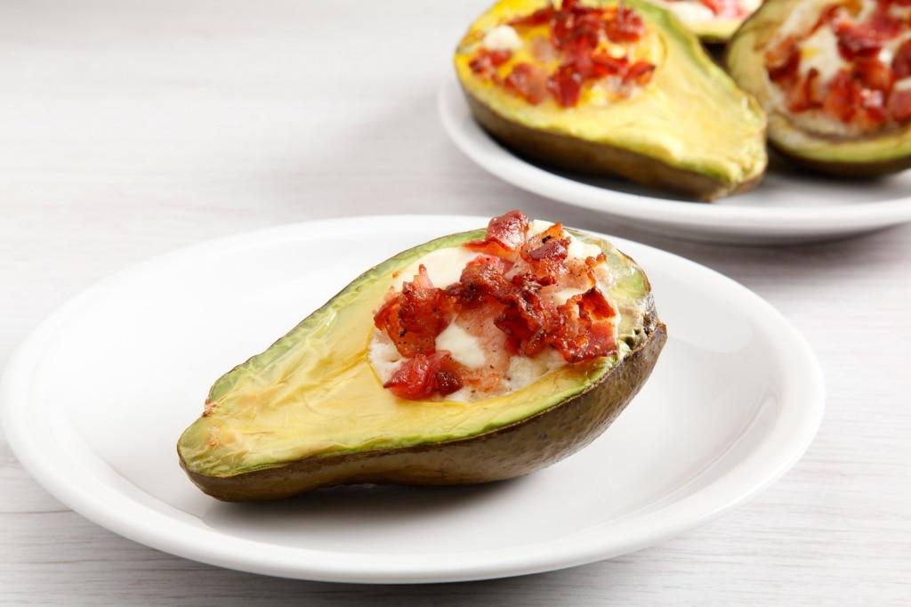Avocado con uova e pancetta