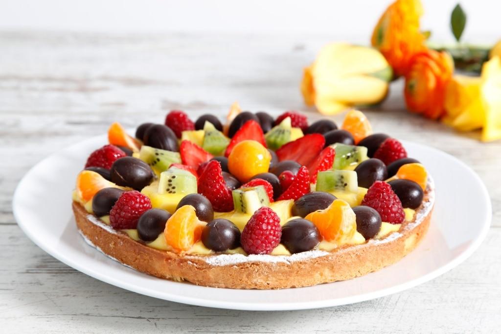 Crostata pasquale con crema pasticcera e frutta