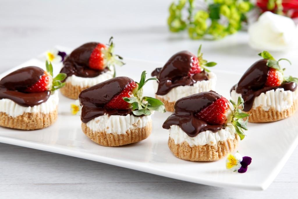 Mini cheesecake panna, cioccolato e fragole