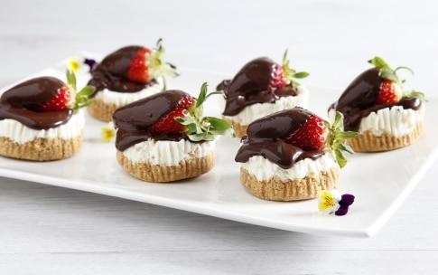Preparazione Mini cheesecake panna, cioccolato e fragole - Fase 4