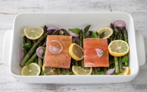 Preparazione Salmone al forno con asparagi - Fase 2