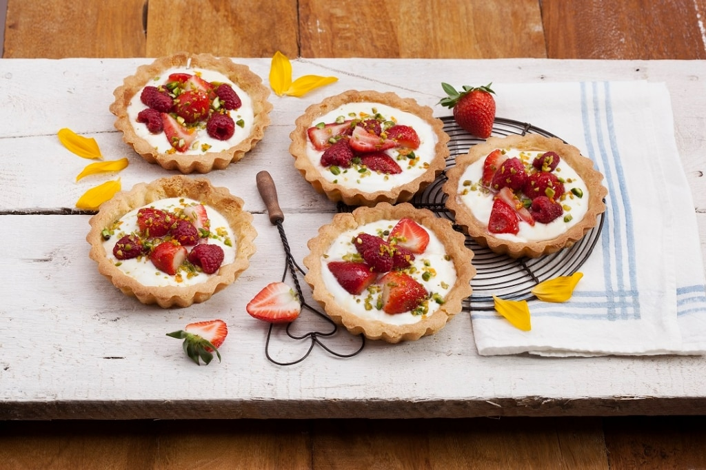 Crostatine yogurt, fragole e frutti rossi