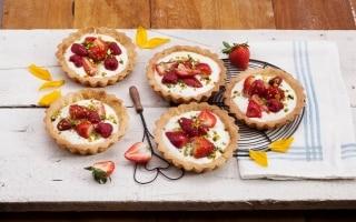 Crostatine yogurt, fragole e frutti rossi