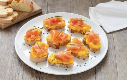 Preparazione Crostini con uova strapazzate allo zafferano e salmone affumicato - Fase 4