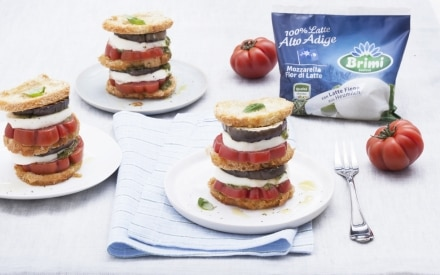 Millefoglie di pane alla mozzarella con pomodori e melanzane