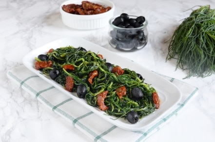 Agretti in padella con pomodori secchi e olive
