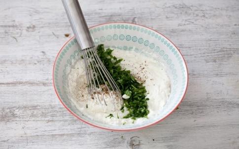 Preparazione Bruschetta con formaggio di capra, avocado, pomodori ciliegini e semi di papavero - Fase 2