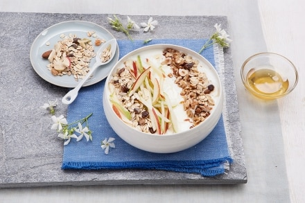 Insalata di mele allo yogurt, muesli e frutta secca