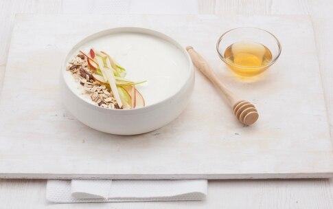 Preparazione Insalata di mele allo yogurt, muesli e frutta secca  - Fase 3