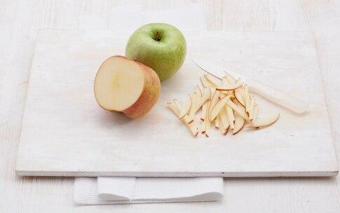 Preparazione Insalata di mele allo yogurt, muesli e frutta secca  - Fase 2