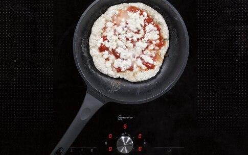 Preparazione Pizza margherita in padella - Fase 4