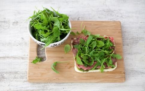 Preparazione Tramezzini con roastbeef, rucola e pesto - Fase 3