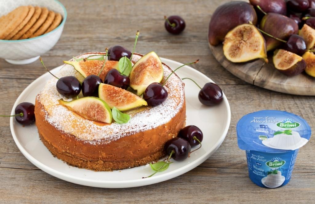 Cheesecake di ricotta con fichi e ciliegie