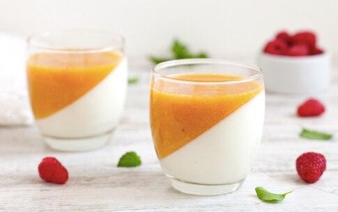Preparazione Panna cotta allo yogurt greco e pesche - Fase 4