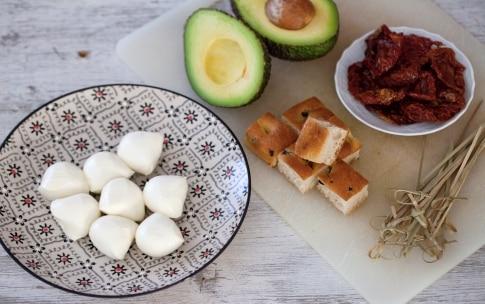 Preparazione Spiedini di avocado, mozzarella e focaccia alle olive - Fase 3