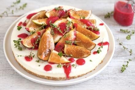 Torta fredda ai fichi con salsa di lamponi