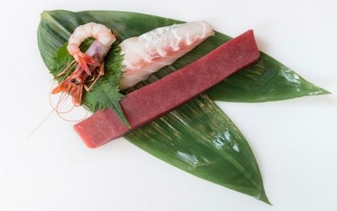 Preparazione Sashimi di tonno, dentice e gamberi - Fase 1
