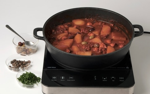 Preparazione Polpo al pomodoro con patate, olive e capperi - Fase 3