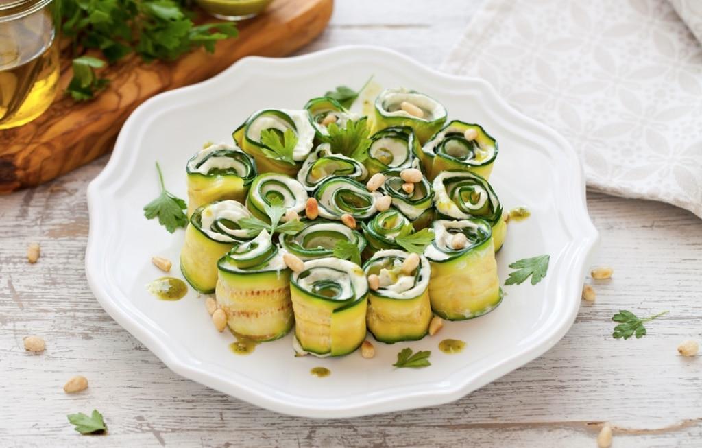 Rotolini di zucchine grigliate con formaggio, pesto ed erbette