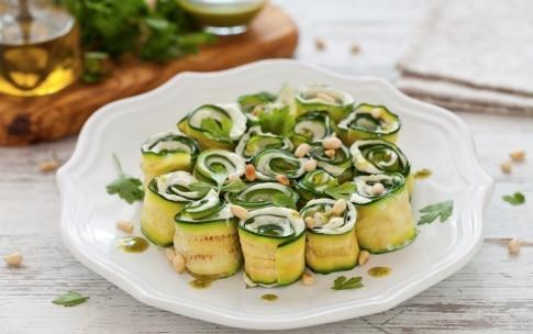Preparazione Rotolini di zucchine grigliate con formaggio, pesto ed erbette - Fase 3