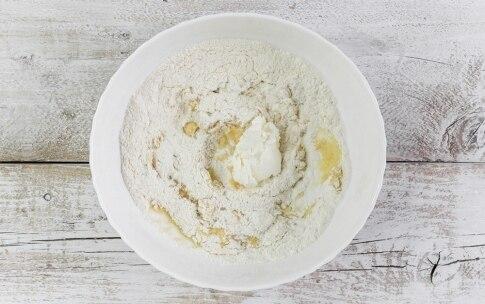 Preparazione Torta salata con roselline di zucchine e carote - Fase 1