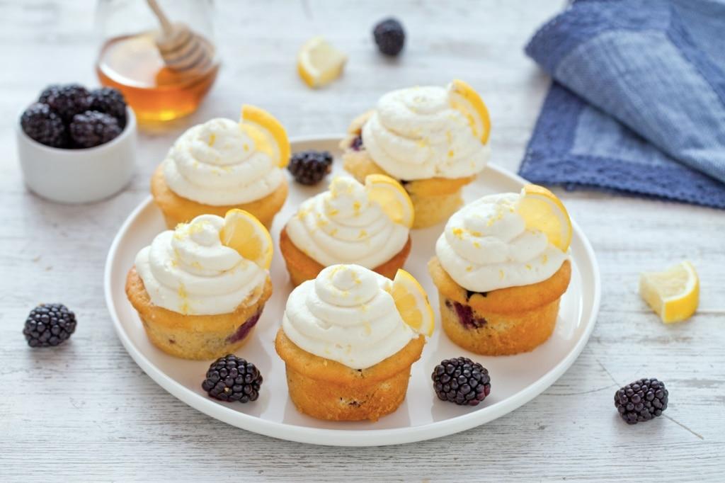 Cupcake al limone e more con glassa al formaggio e miele