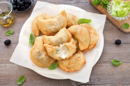 Panzerotti con mozzarella, olive e scarola