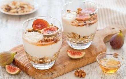Parfait di yogurt, muesli alla frutta secca, fichi rosa e miele