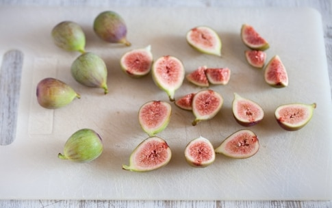 Preparazione Parfait di yogurt, muesli alla frutta secca, fichi rosa e miele  - Fase 1