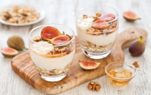 Preparazione Parfait di yogurt, muesli alla frutta secca, fichi rosa e miele  - Fase 3