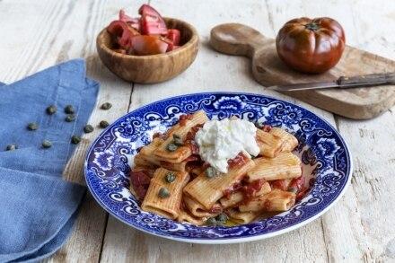 Rigatoni stufati con pomodori, capperi e stracciatella