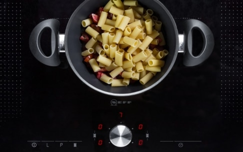 Preparazione Rigatoni stufati con pomodori, capperi e stracciatella - Fase 1