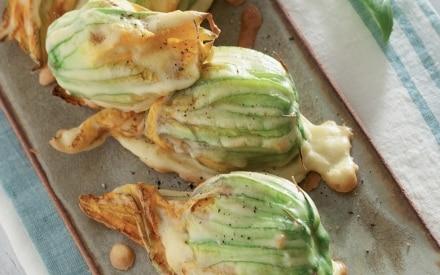 Fiori di zucca fritti, ripieni di tofu, olive e capperi