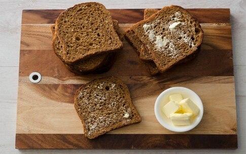 Preparazione French toast con avocado, uova e scaglie di Grana Padano DOP - Fase 1