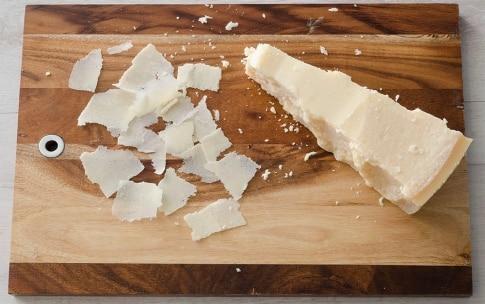 Preparazione French toast con avocado, uova e scaglie di Grana Padano DOP - Fase 3