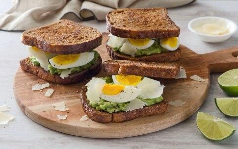 Preparazione French toast con avocado, uova e scaglie di grana  - Fase 3