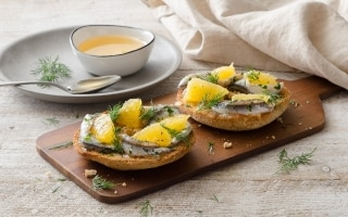 Friselle con alici, arancia e miele di acacia