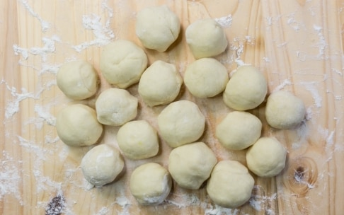 Preparazione Gnocchi di patate e formaggio al pesto leggero - Fase 2