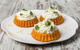 Mini torte di carote e zenzero con panna