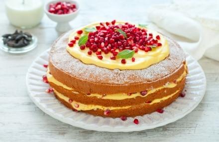 Torta paradiso con crema pasticciera alla fava tonka e melagrana