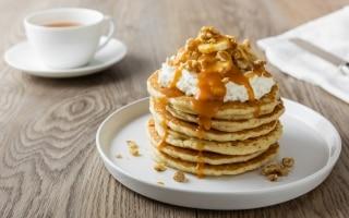 Pancake con caramello salato, banane e noci