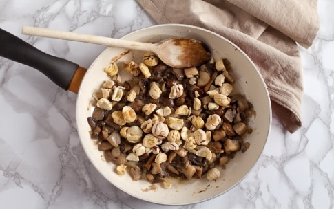 Preparazione Tagliatelle alla canapa con funghi, castagne e nocciole  - Fase 4
