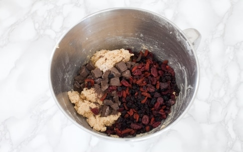 Preparazione Cookies con cioccolato di Modica e frutti rossi - Fase 2