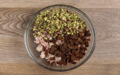 Preparazione Rotolo di pollo con mortadella, pistacchi e uvetta - Fase 3